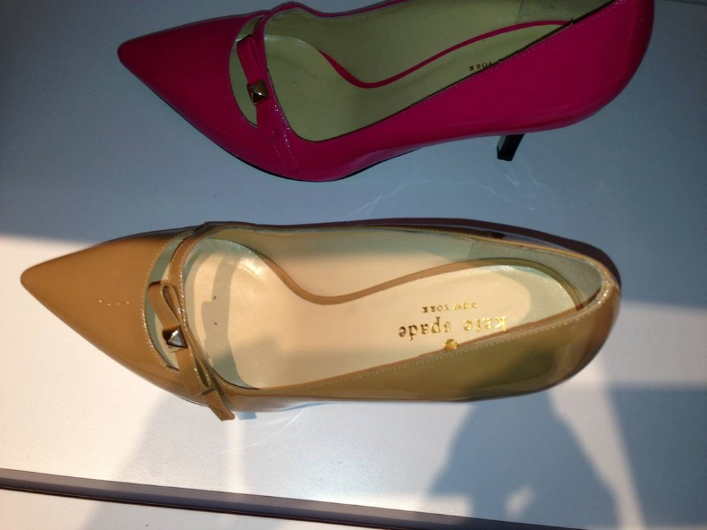 As we saw at the Kate Spade showroom, pointy-toe pumps are on their way back. After all the platforms of recent years, feminine single-sole shoes are gaining in popularity.